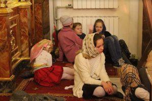 Дети на ночной Пасхальной службе в храме