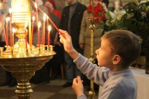 Дети на ночном пасхальном богослужении
