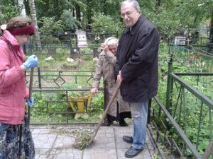 Уборка на могилке у Иришки