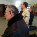 Коленопреклоненная молитва. Николай и Сергей, наш гид