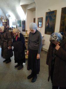 Молебен перед Крестом. Молящиеся